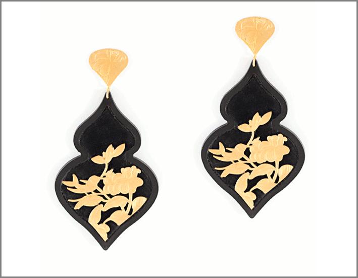 Orecchini della collezione Giardino, in resina, argento 925 dorato e velluto, sfondo nero. Prezzo: 225 euro