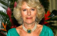 Camilla con collana di perle e grande smeraldo