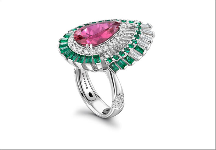 Lily Rose, anello in oro bianco con una rubellite taglio a pera al centro, circondata da diamanti taglio baguette e smeraldi. Prezzo: 27.200 sterline