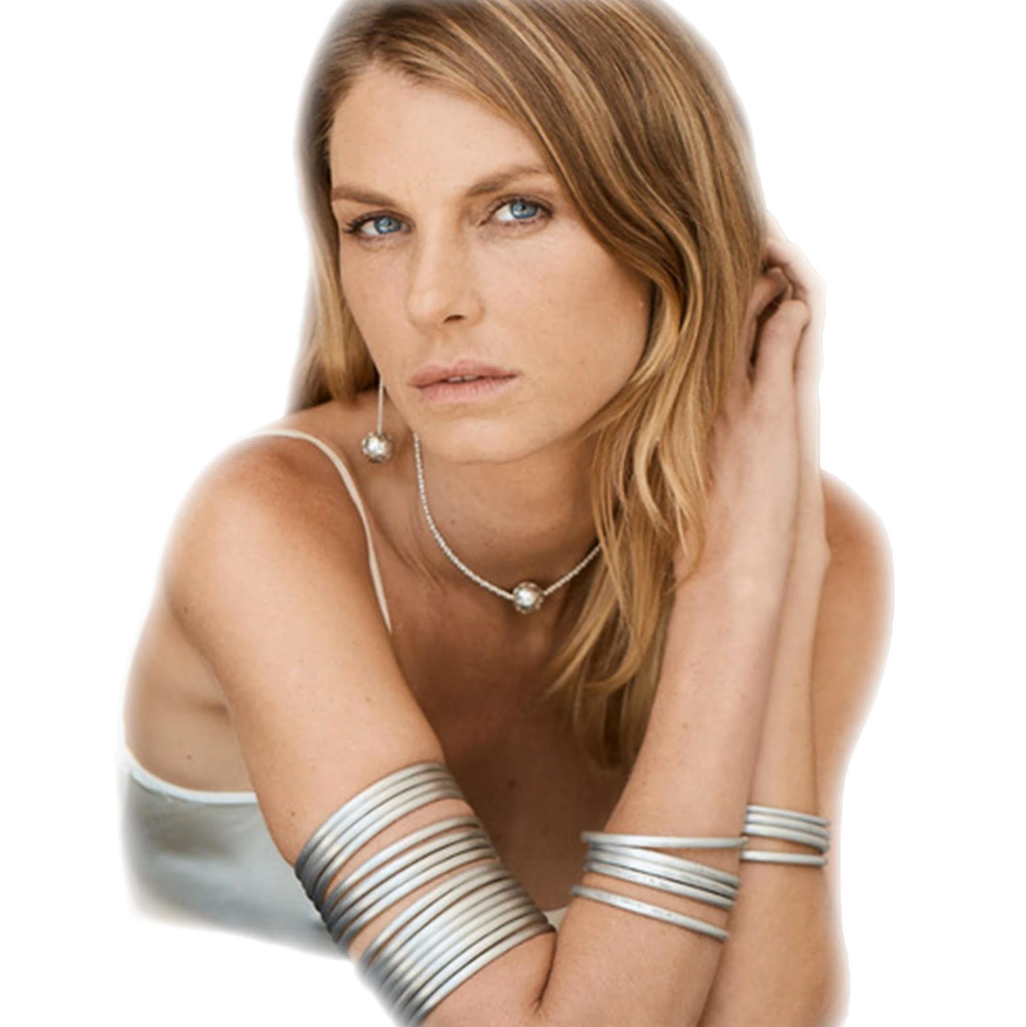 La modella Angela Lindvall indossa gioielli di Article22