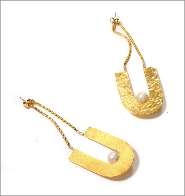Orecchini placcati oro e martellati con perla