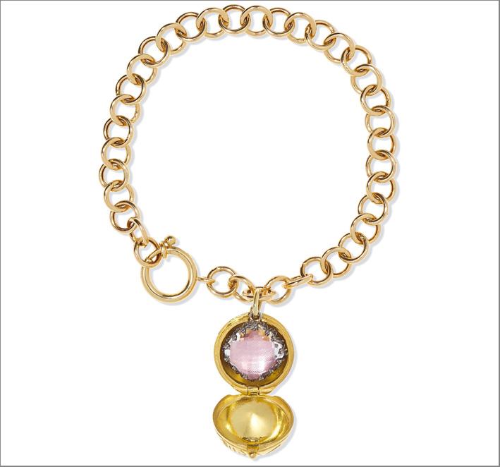 Collana in oro 14 carati con charm che si apre. All'interno un quarzo e alluminio rosa