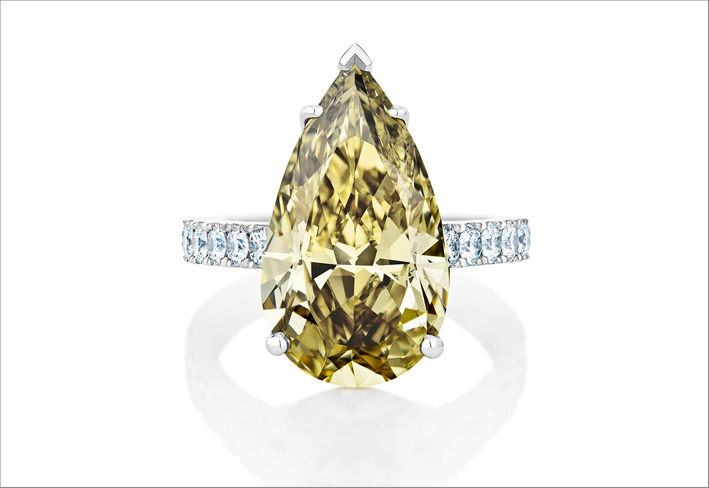 Anello con diamante Fancy Dark Greenish Yellow di 7,66 carati