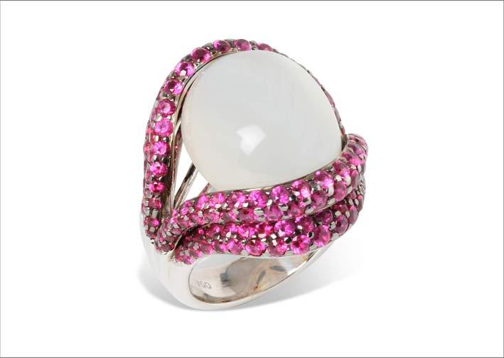 Anello Open Lips, in oro bianco, pietra luna e zaffiri rosa
