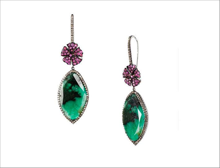 Orecchini con smeraldi e fiori di rubini