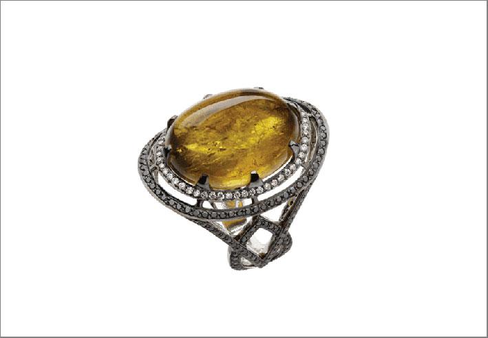 Anello con tormalina gialla e diamanti bianchi e neri su oro nero