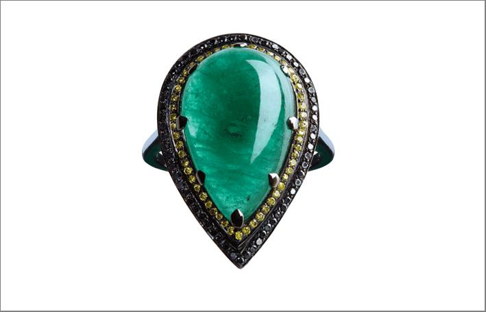 Un anello di smeraldi dello Zambia con diamanti gialli e neri in oro 18k nero