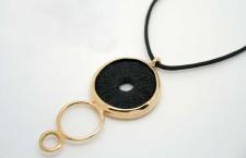 Collana con pendente in bronzo e porcellana nera