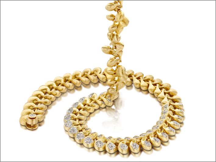 Trasformista, collana convertibile in oro 18kt e diamanti. Incisa manualmente utilizzando un bulino
