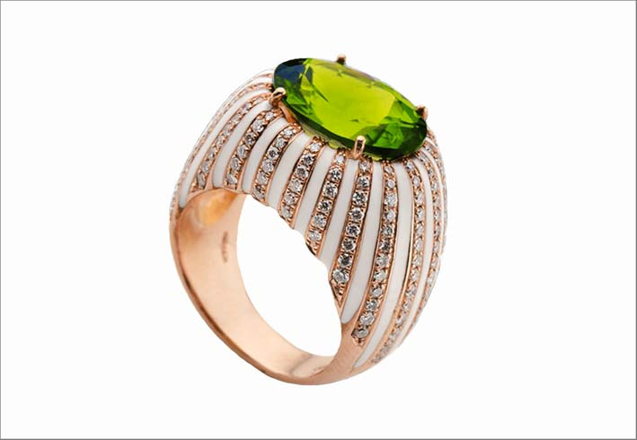 Anello in oro rosa con peridoto, diamanti e smalto