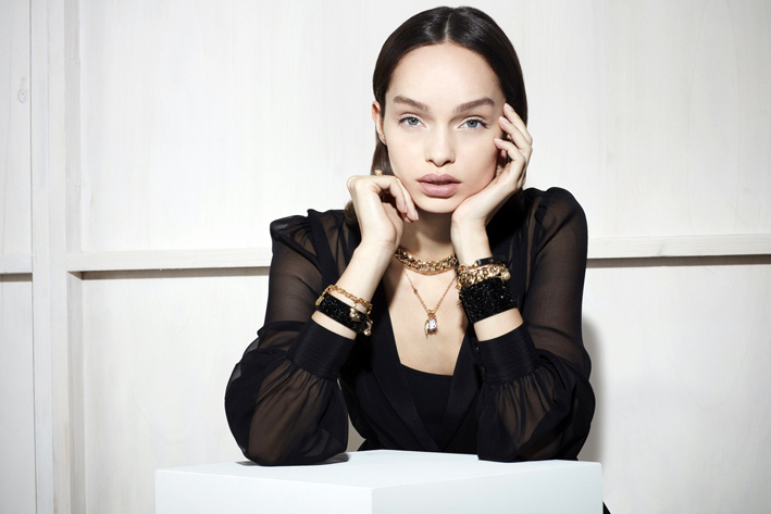 La modella brasiliana Luma Grothe, scelta per indossare la collezione di Karl Lagerfeld, Ikonic