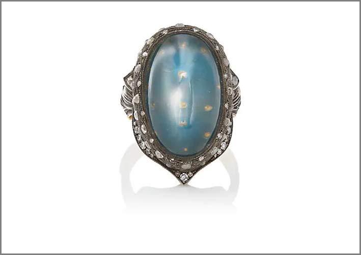 Anello con diamanti grigi attorno a una pietra luna ovale, oro e argento ossidato