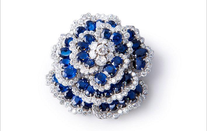Van Cleef & Arpels, spilla Camelia con diamanti e zaffiri