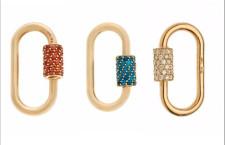 Moschettoni  in oro e pietre. Quello a sinistra, con zaffiri orange, costa 4500 dollari