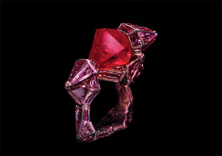 Ruby Castle, anello. Rubino birmano di forma esagonale, zaffiri rosa, titanio