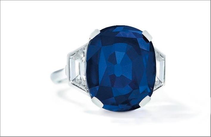 Anello con zaffiro del Kashmir e diamanti