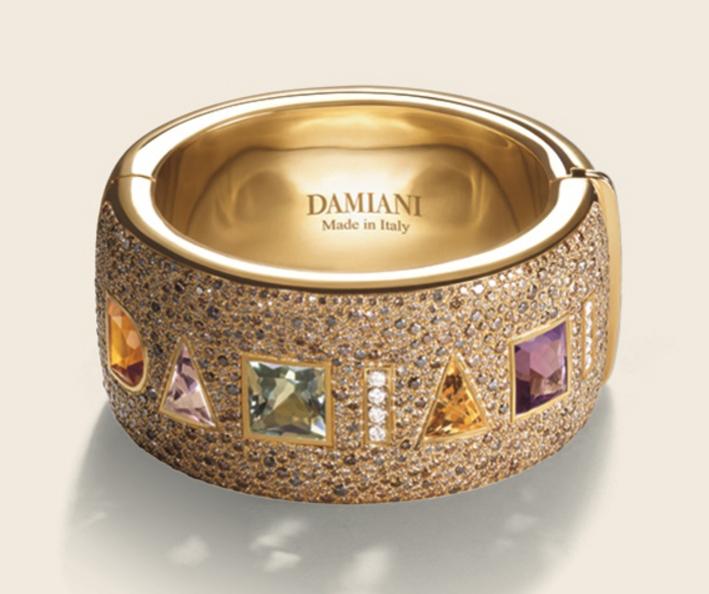 Anello in oro con pietre che compongono la parola Damiani