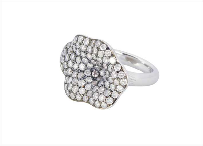Anello a forma di foglia in oro bianco e diamanti