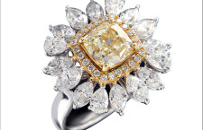 Anello con diamante asscher giallo contornato da diamanti biancbi taglio a pera