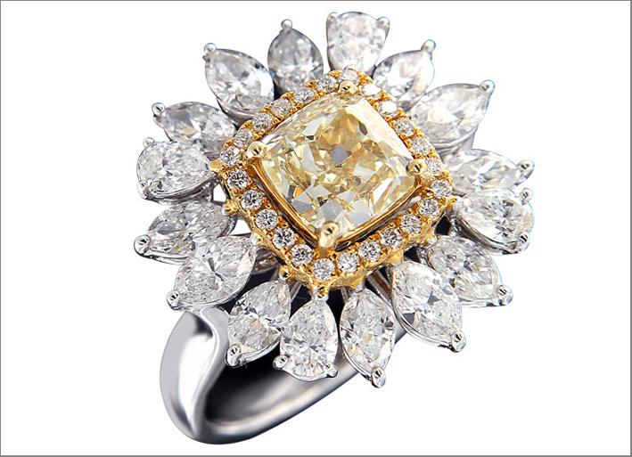 Anello con diamante taglio Asscher giallo contornato da diamanti biancbi taglio a pera