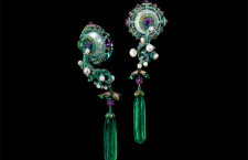 Birth and Blossom, orecchini. Smeraldi, madreperla, zaffiri, diamanti