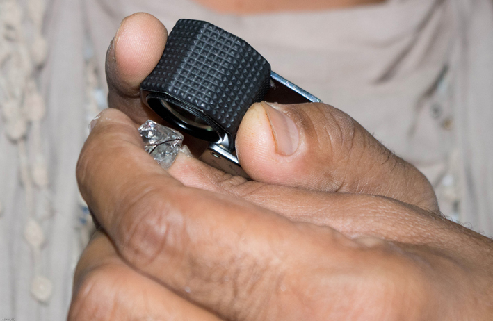 Esame di un diamante in India