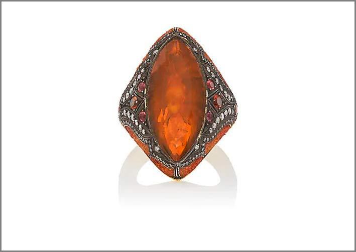 Anello in argento ossidato con granato mandarino cesellato e zaffiri orange