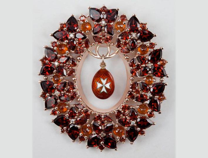 Spilla con hessonite, granato, almandino e diamanti con uovo Fabergé al centro