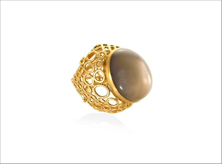 Anello della collezione Oriental Circle, oro e pietra luna