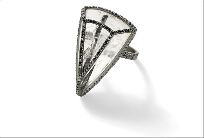 Anello triangolare, rutilo con pavé di diamanti. Prezzo: 12.615 dollari