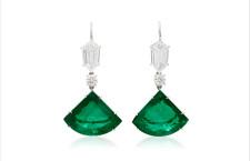 Orecchini con smeraldi taglio acquilone e diamanti. Prezzo: 796.000 dollari