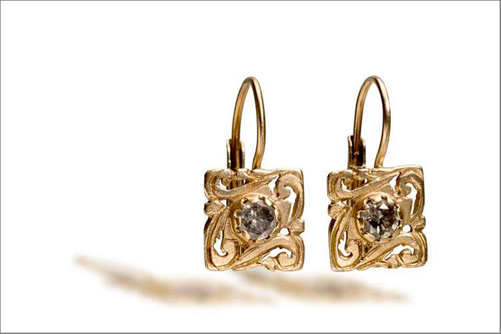 Monachelle quadrate incise in oro bianco spazzolato naturale 18kt con diamanti grigi