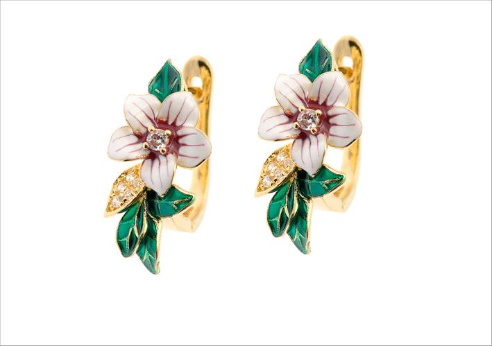 Orecchini con fiori smaltati e zirconi bianchi. Prezzo: 55 euro