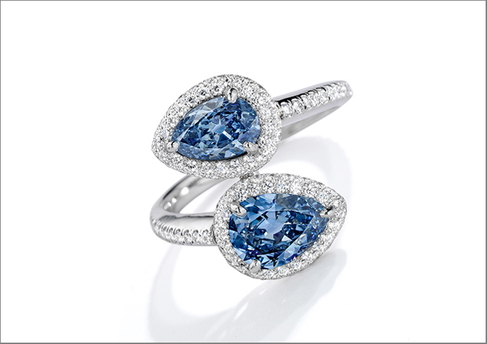 Anello di platino con diamanti fancy vivid blue taglio pera e diamanti bianchi. Venduto per 876.500 dollari