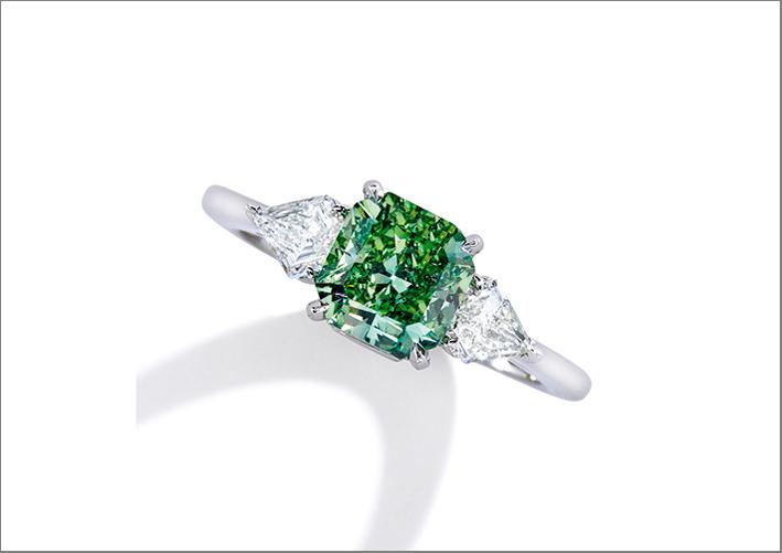 Anello con un raro diamante verde e diamanti bianchi
