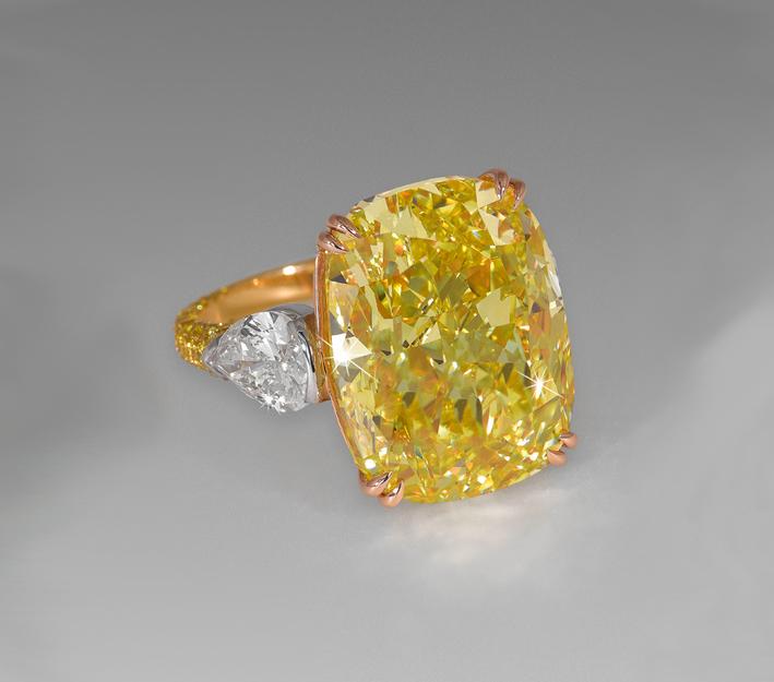 Anello con diamante giallo taglio cuscino di 20 carati e diamanti bianchi taglio pera