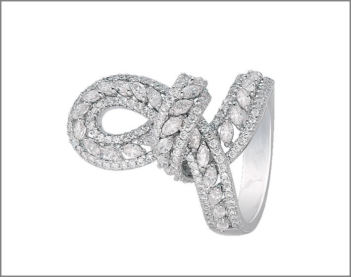 Anello in oro bianco con diamanti bianchi a forma di nodo