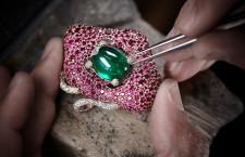 L'incastonatura di uno smeraldo, laboratorio de Grisogono