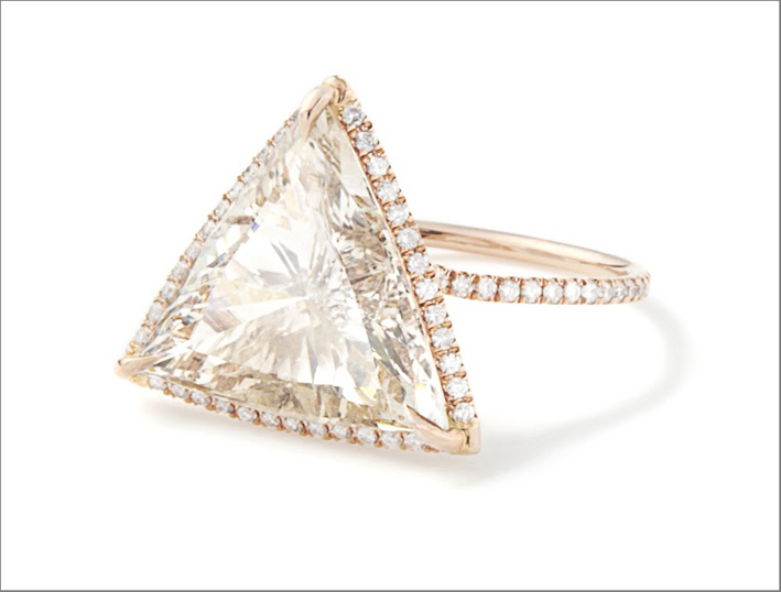 Anello con diamante champagne taglio triangolare su oro rosa riciclato