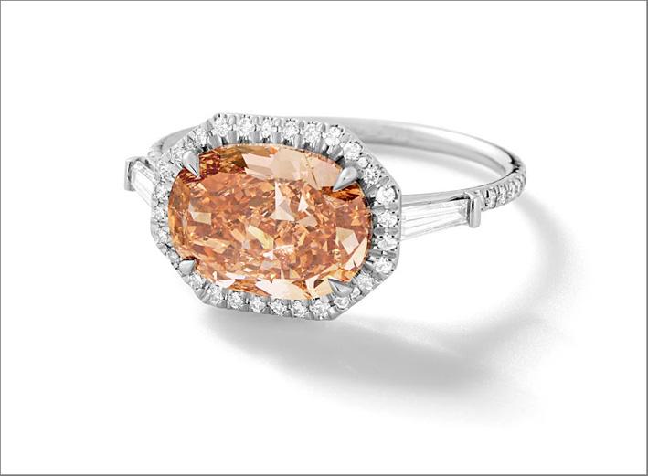 Anello con diamante fancy pink, diamanti bianchi, platino riciclato