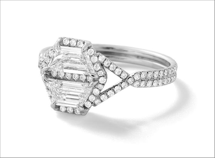 Anello con due diamanti bianchi trapezoidali, diamanti taglio brillante, platino riciclato