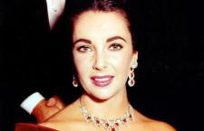 Liz Taylor con gli orecchini in rubini e diamanti di Cartier