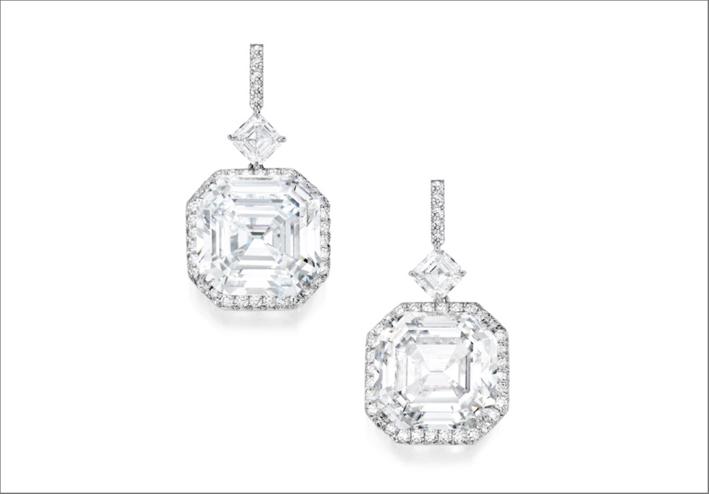 Orecchini con diamanti taglio smeraldo da 20 carati l'uno. Venduti per 5,3 milioni di dollari