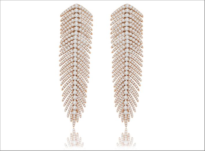 Orecchini della Flexible Feather Collection, versione in oro giallo e diamanti. Prezzo: 13.000 dollari