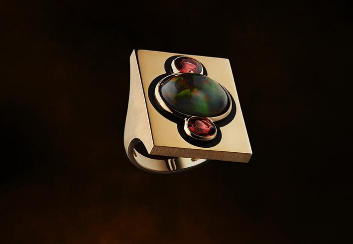 Maison Auclert, anello in oro con opale, due zaffiri arancio e lacca nera