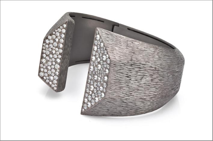 Anello Avio Moritzino in titanio carvato con diamanti taglio brillante. Prezzo: 8700 euro