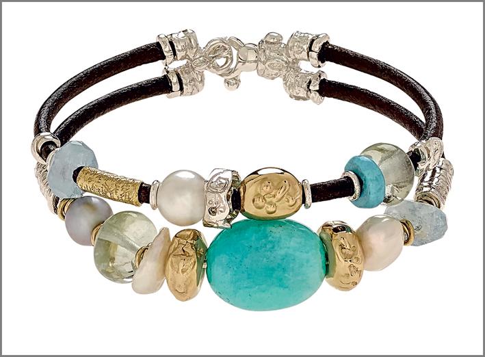 Misani, bracciale doppio filo in cuoio 3 mm con elementi in oro lavorato a mano, argento, perle naturali, ametista verde, amazzonite, acquamarina e turchese