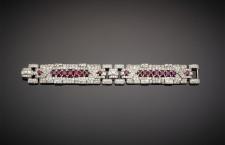 Cartier, bracciale in platino con diamanti rotondi, carré e ovali, con rubini ovali degradanti. Stima: 70-90.000 euro