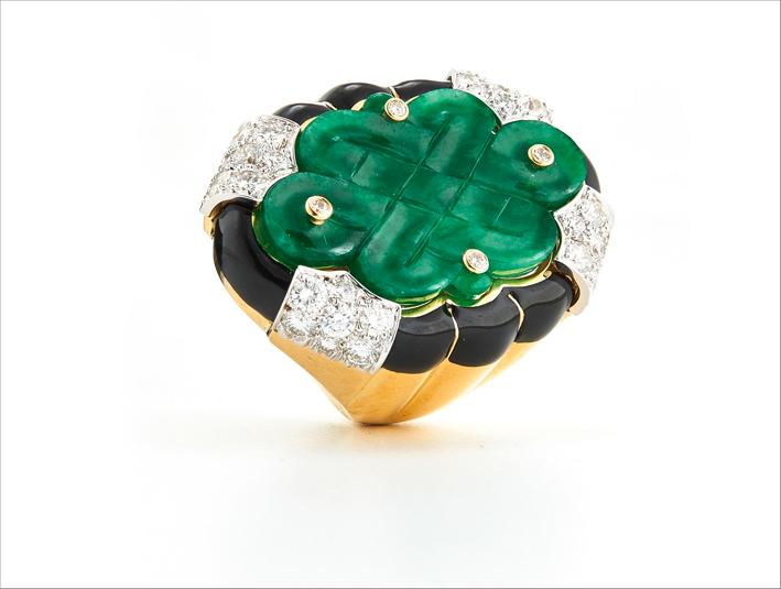 Anello in oro eplatino con giada intagliata, diamanti, smalto nero