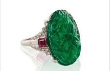 Anello con smeraldo intagliato, rubini e diamanti